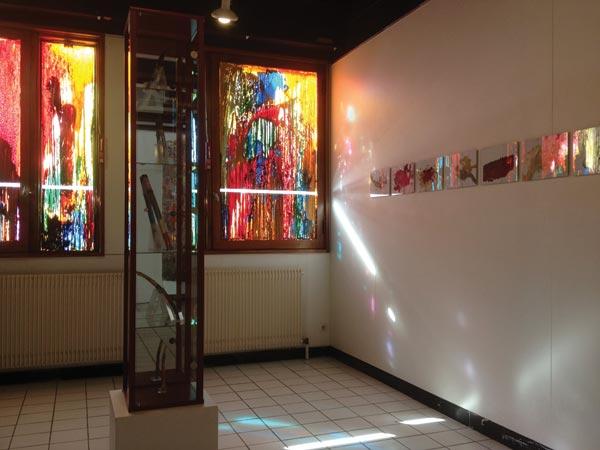 de g. à d. : <i>Vitrines</i>, alkyde et peinture à carrosserie sur verre ; <i>Totems</i>, 5 morceaux de bois et peinture ;</br><i>Rorschachs</i>, 8 peintures alkyde sur papier A4, sous verre</br>12/19