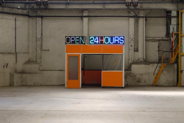Installation <i>in situ</i>, néons sur cabane de contremaître<br/>Vue de l'exposition <i>Echo(s)))</i>, Site Novaciéries, Saint-Chamond