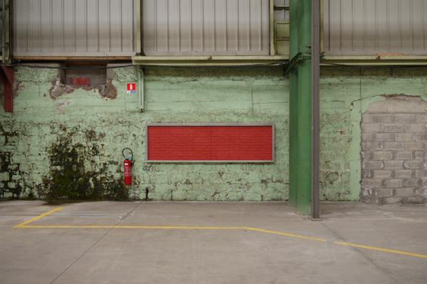 Installation <i>in situ</i>, vitrines aluminium et verre, papier peint fausses briques marouflé ou punaisé<br/>Vue de l'exposition <i>Echo(s)))</i>, Site Novaciéries, Saint-Chamond