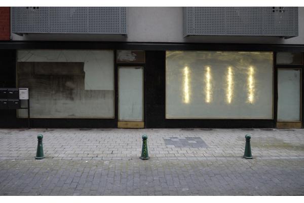 Installation <i>in situ</i> sur les vitrines de magasins fermés dans la ville basse de Charleroi, Belgique<br/>Six vitrines visibles de la rue dans différents lieux, Charleroi, Belgique