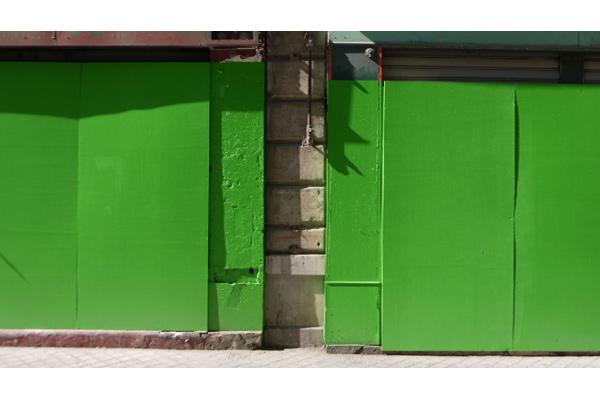 S�rie de monochromes verts sur coffrages, devantures de commerces d�saffect�s, rue de la R�publique, Marseille