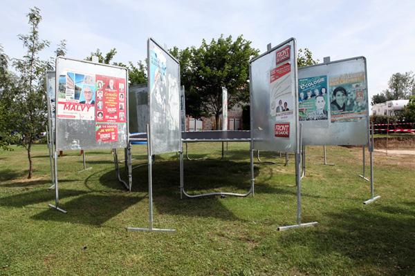 Trampoline et 12 panneaux électoraux<br/>Production : Afiac, les Abattoirs, Toulouse et le centre d'art le LAIT, Albi