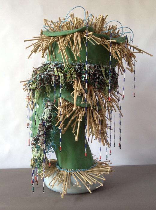 Terre cuite engobe, perles, bambou, 68 x 47 x 44 cm