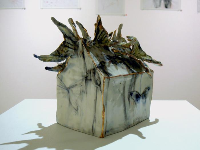 <i><b>Maison de papillons</b></i>, porcelaine, lustre, 11 x 14,5 x 20 cm, 2014</br>Fonds d'art visuel de la Ville de Lancy