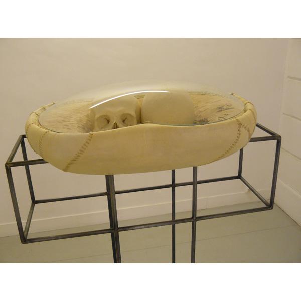 Parchemin, bois de tilleul, crânes, 58 x 44 x 21 cm<br/>Structure métallique, 145 x 71 x 50 cm
