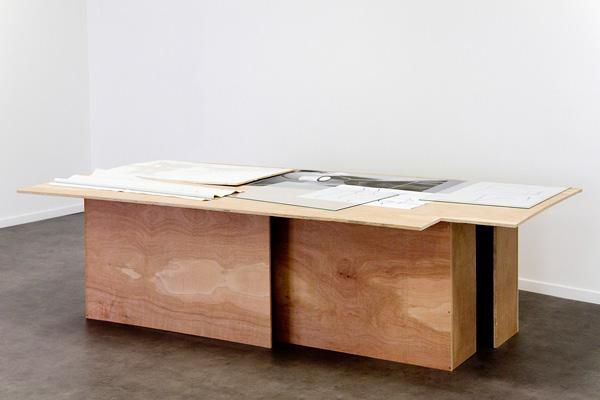 Installation sur table : dessins, photographie, peintures sur bois et sur tissu, verre, 244 x 122 x 67 cm<br/>Collection CNAP