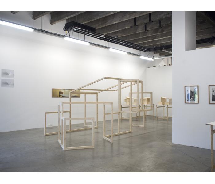 <i>Pli/Dépli</i>, 2015, Structure bois, 550 x 375 x 224 cm
