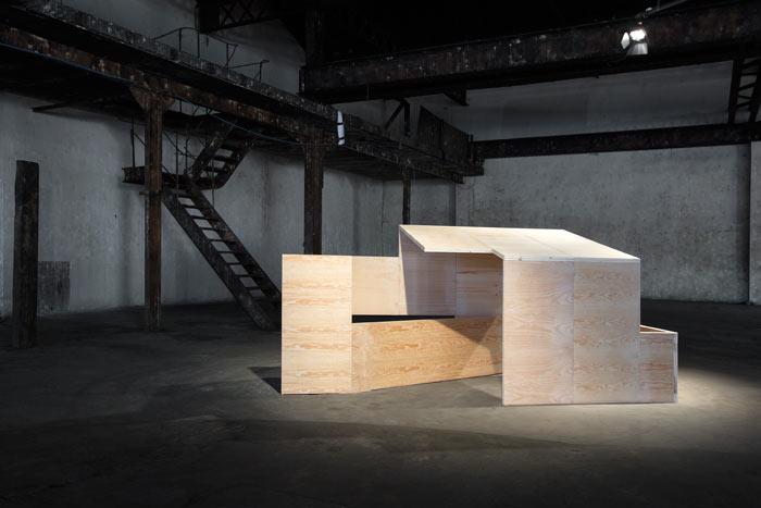 <i><b>Pli/Dépli N°1/3</b></i>, 2011-2015, Structure en bois, 154 x 334 x 147 cm