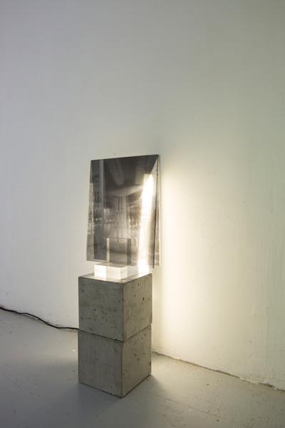 2 cubes de béton 15 x 15 x 15 cm, support acrylique 10 x 10 x 3 cm,</br>2 tirages sur transparent contrecollé sur plexiglas, 30 x 20 cm, néon