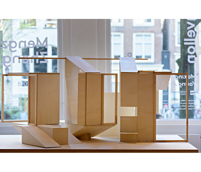 <i><b>Dedans/dehors - Amsterdam</b></i>, 2018</br>Bois, table, 80 x 175 x 135 cm</br>Photo : © Arjen Veldt