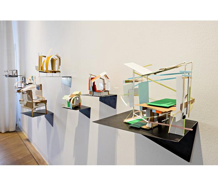 <i><b>Maquettes abandonnées</b></i>, sur support métallique plié</br>Bois, carton, carton plume, papier, dimensions variables</br>Photo : © Arjen Veldt