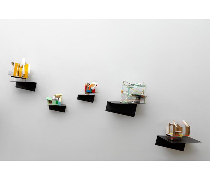 <i><b>Maquettes abandonnées</b></i>, sur support métallique plié</br>Bois, carton, carton plume, papier, dimensions variables<br/>Photo : © G.J. van Rooij