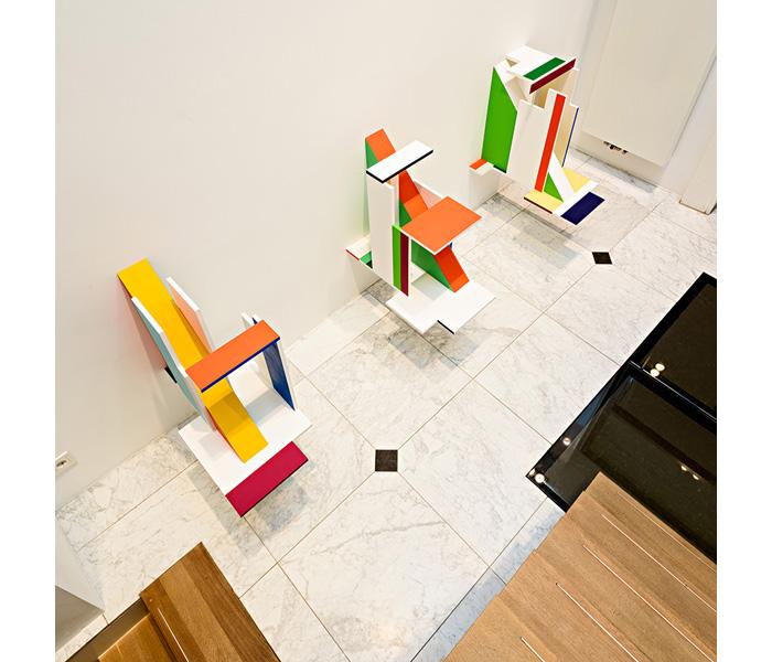 <i><b>Décalque spatial A, B, C</b></i>, 2018</br>Peinture, finition satin sur bois, accrochage mural</br>Photo : © Arjen Veldt