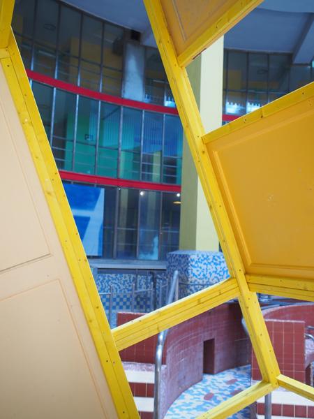 Installation in-situ, lambourdes, portes trouvées sur place, vis, 3,45 x 3,10 x 2 m