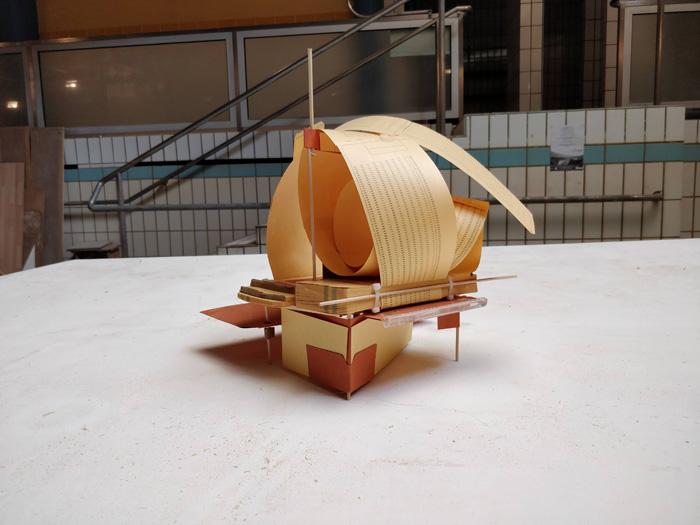 Assemblage divers matériaux : carton, papier, bois, plastique, métal