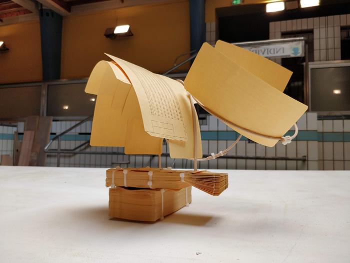 Assemblage divers matériaux : papier, bois, plastique