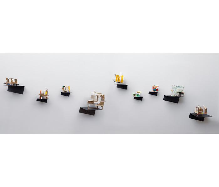 <i><b>Maquettes abandonnées</b></i>, sur support métallique plié. Bois, carton, carton plume, papier, dimensions variables</br>Photo : © G.J. van Rooij