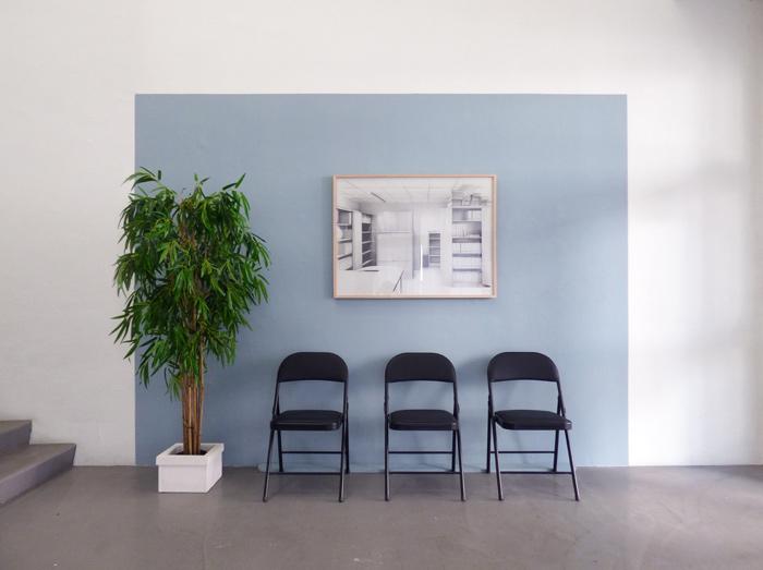 Au mur : © Virginie Piotrowski, <i>Le bureau</i>, 100 x 80 cm, 2017