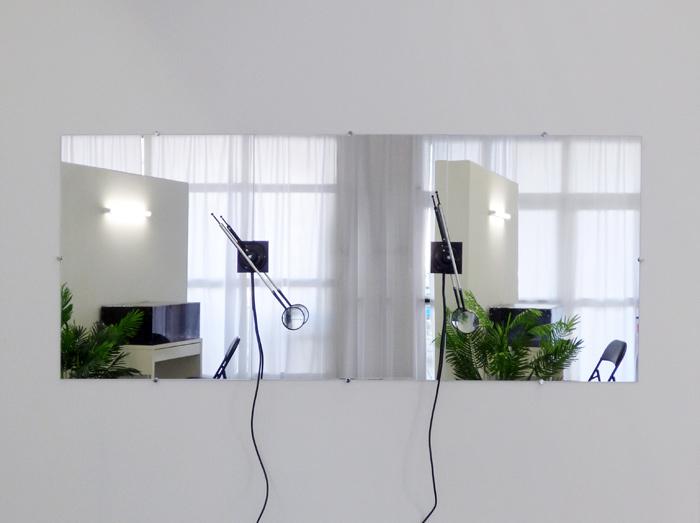 <i>Chercheur</i>, miroir 240 x 100 cm, loupe, axe, moteur, 2019