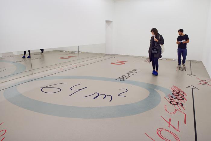 Miroirs et courriers posés au sol : Éléonore Pano-Zavaroni